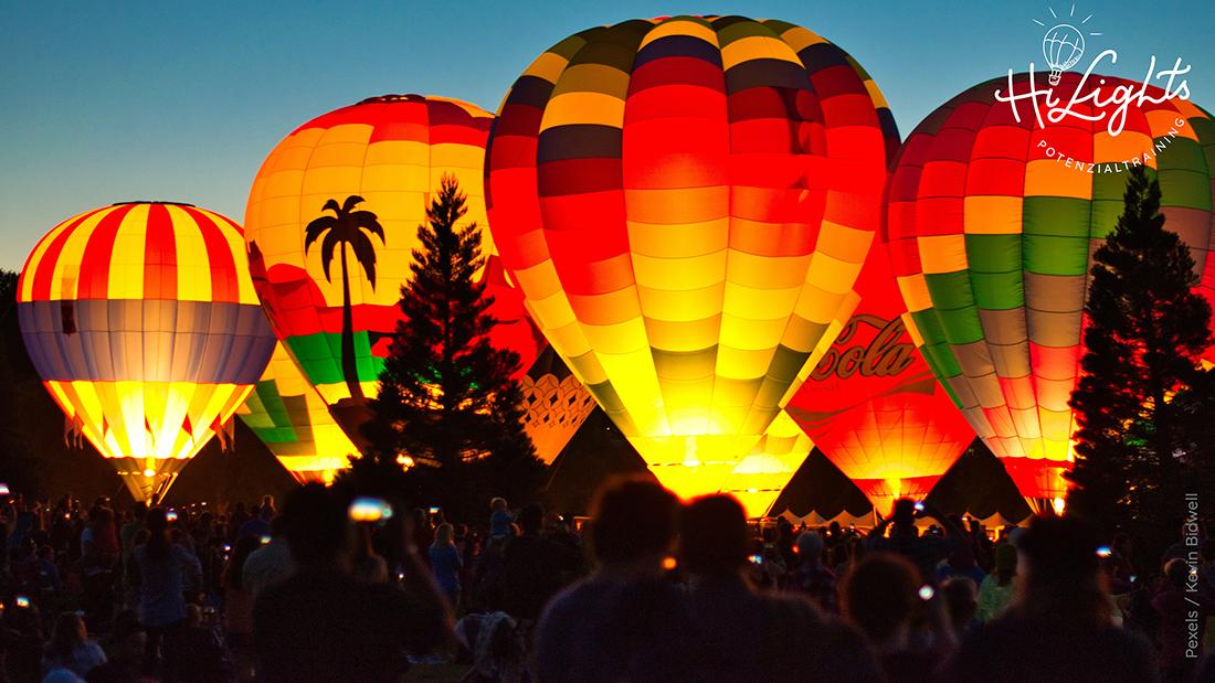 Ballon sind bunt angesttahlt mit Menschen-50