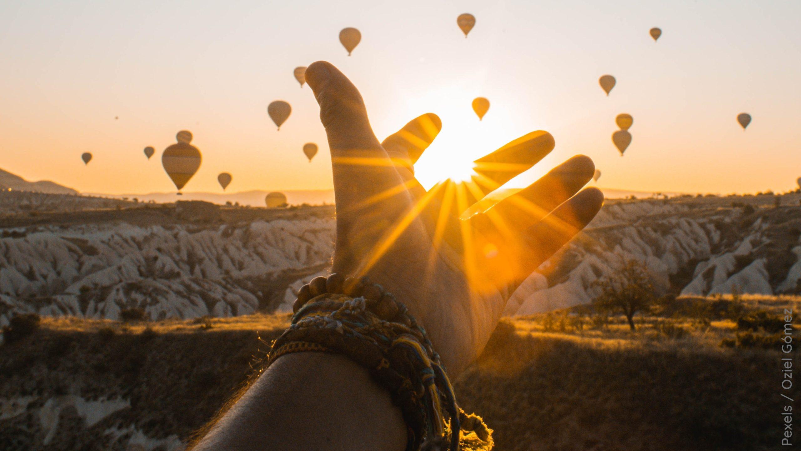 Fliegende-Ballon-Menschen-Sonnenuntergang